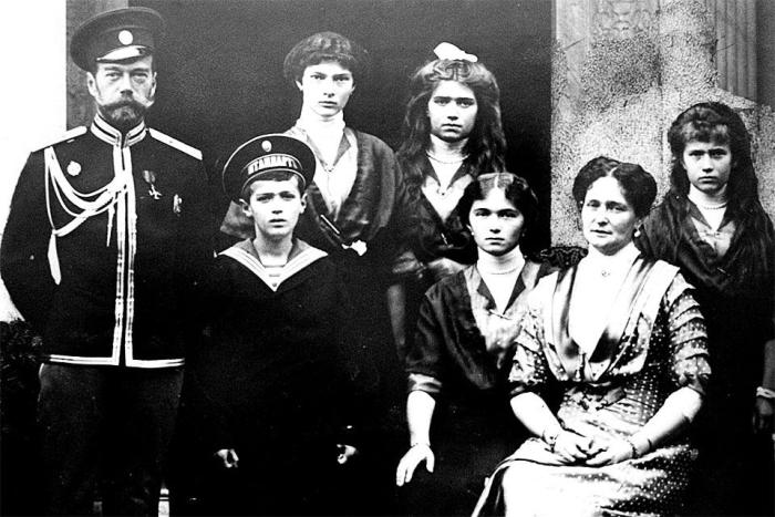 nicholas_ii_and_his_family_1915